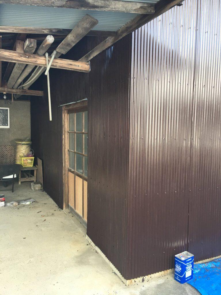 錆止め入りシリコン塗料で壁面を塗装