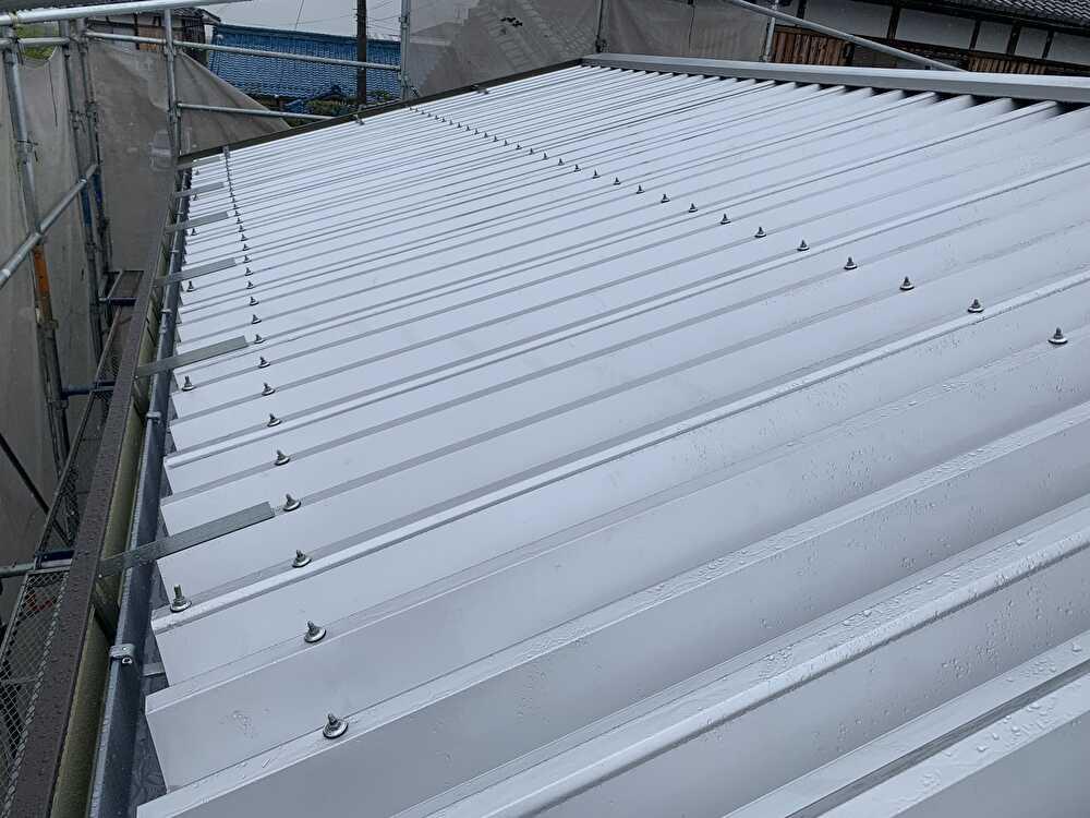 ガルバリウム鋼板(t=0.5mm)の88ルーフで施工
