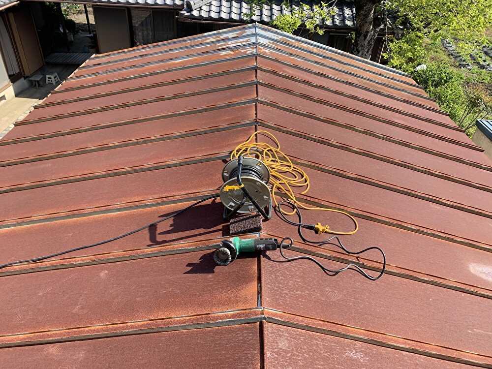 屋根全体に錆が広がってます
