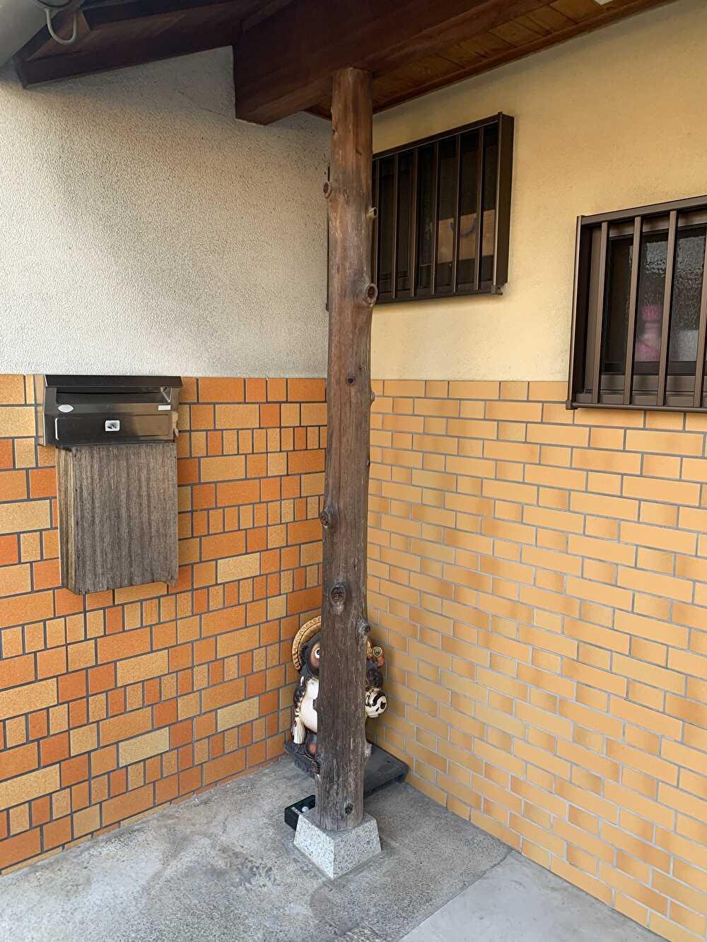 玄関支柱塗装前
