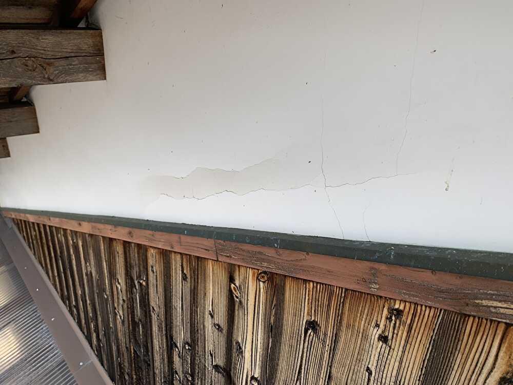漆喰の一部が剥離してます。